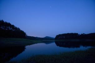 星空と湖の写真素材 [FYI04049953]