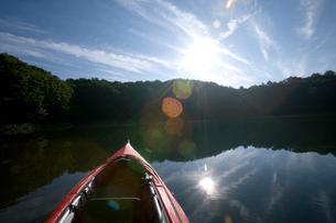 カヌーと湖面の写真素材 [FYI04049963]