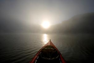 カヌーと朝霧がかかった湖面の写真素材 [FYI04049966]
