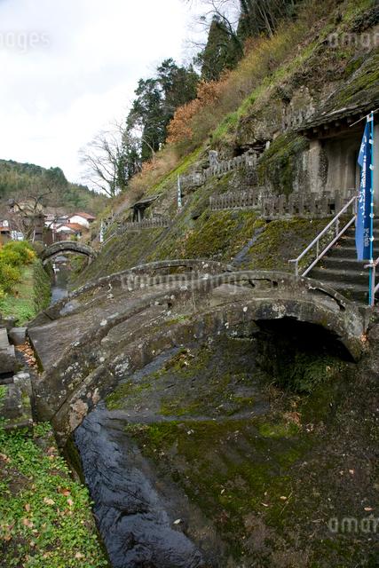 石見銀山の五百羅漢に架かる石橋の写真素材 [FYI04049968]