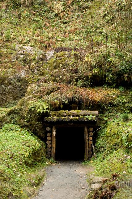 石見銀山の間歩の入り口の写真素材 [FYI04049974]