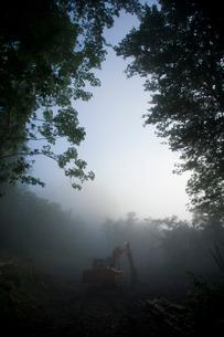 霧の中のパワーショベルの写真素材 [FYI04049979]