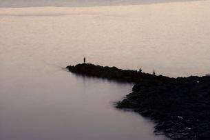 夜明けの海と釣りをする人の写真素材 [FYI04049981]