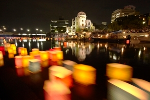 平和公園の灯籠流しの写真素材 [FYI04049996]