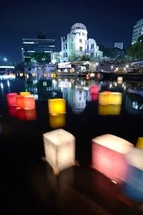 平和公園の灯籠流しの写真素材 [FYI04049997]