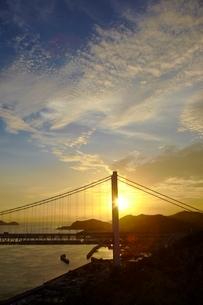 瀬戸大橋と夕日の写真素材 [FYI04049998]