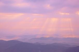 朝の山並の写真素材 [FYI04050001]