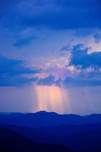 雲間から光のさす夕暮れの写真素材 [FYI04050021]
