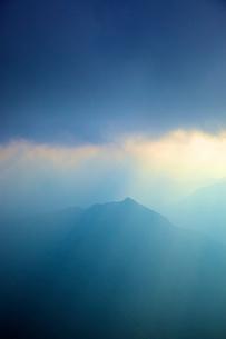 雲間の光と山の写真素材 [FYI04050028]