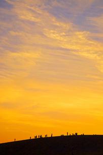 鳥取砂丘と人のシルエットの夕景の写真素材 [FYI04050032]