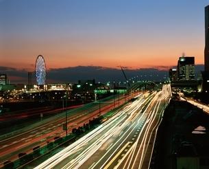 首都高湾岸線とパレットタウン暮色  江東区 東京都の写真素材 [FYI04050066]