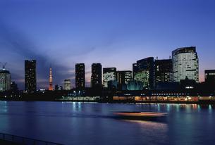隅田川沿いのビル郡と東京タワーの写真素材 [FYI04050088]