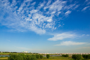 荒川河川敷と青空の写真素材 [FYI04050110]