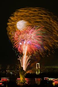お台場レインボー花火と自由の女神と屋形船夜景の写真素材 [FYI04050154]