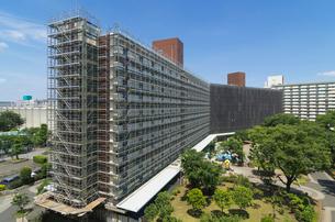 建物の工事現場の足場風景の写真素材 [FYI04050161]