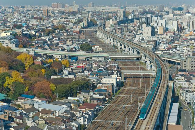 東京を走る東北新幹線E5系はやぶさの写真素材 [FYI04050179]