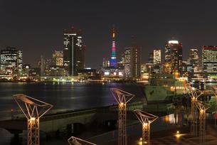 晴海ふ頭から東京タワーオリンピックカラー夜景の写真素材 [FYI04050180]