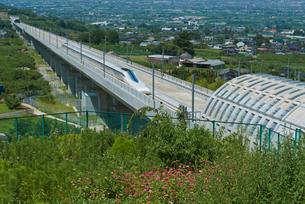 甲府盆地を走るリニア中央新幹線の写真素材 [FYI04050221]