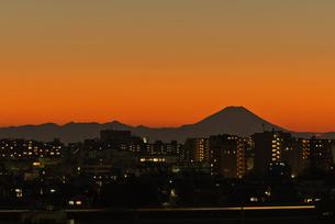 東京から富士山と新幹線光跡暮色の写真素材 [FYI04050254]
