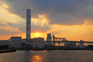 三隅港より中国電力三隅発電所の夕日の写真素材 [FYI04050279]