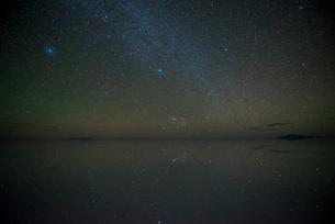 星空のウユニ塩湖の写真素材 [FYI04050498]