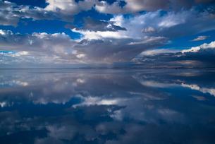 鏡張りのウユニ塩湖の写真素材 [FYI04050502]