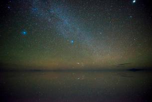 星空のウユニ塩湖の写真素材 [FYI04050503]