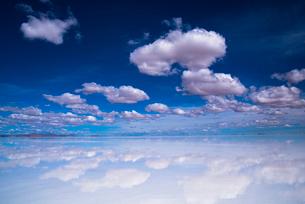 ウユニ塩湖と白雲の写真素材 [FYI04050504]