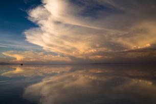 鏡張りのウユニ塩湖の写真素材 [FYI04050513]
