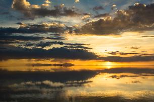 鏡張りのウユニ塩湖の写真素材 [FYI04050517]