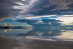 鏡張りのウユニ塩湖の写真素材 [FYI04050520]