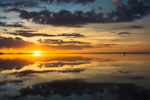鏡張りのウユニ塩湖の写真素材 [FYI04050521]