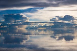 鏡張りのウユニ塩湖の写真素材 [FYI04050525]