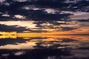 鏡張りのウユニ塩湖の写真素材 [FYI04050531]
