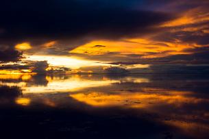鏡張りのウユニ塩湖の写真素材 [FYI04050533]