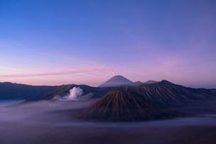 夜明け前のブロモ山とスメル山の写真素材 [FYI04050536]