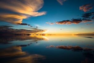 ウユニ塩湖の夕暮れ の写真素材 [FYI04050539]
