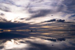 鏡張りのウユニ塩湖の写真素材 [FYI04050543]