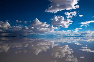鏡張りのウユニ塩湖の写真素材 [FYI04050544]