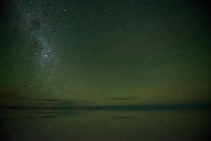 星空のウユニ塩湖の写真素材 [FYI04050549]