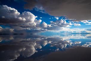 鏡張りのウユニ塩湖の写真素材 [FYI04050551]
