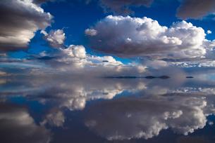 鏡張りのウユニ塩湖の写真素材 [FYI04050552]