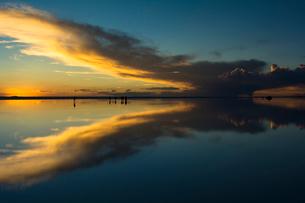 鏡張りのウユニ塩湖の写真素材 [FYI04050555]