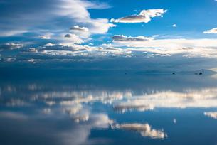 鏡張りのウユニ塩湖の写真素材 [FYI04050559]