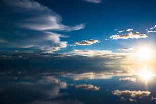 鏡張りのウユニ塩湖の写真素材 [FYI04050561]
