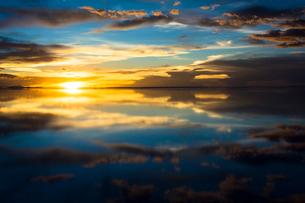 鏡張りのウユニ塩湖の写真素材 [FYI04050563]