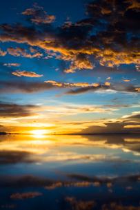 鏡張りのウユニ塩湖の写真素材 [FYI04050564]