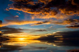 鏡張りのウユニ塩湖の写真素材 [FYI04050565]
