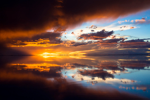鏡張りのウユニ塩湖の写真素材 [FYI04050567]