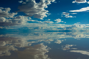 鏡張りのウユニ塩湖の写真素材 [FYI04050569]